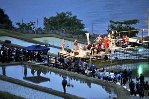 棚田を舞台にして多彩なライブ演奏が繰り広げられた前回の「海のステージ」=2018年5月12日夕、福井県小浜市田烏