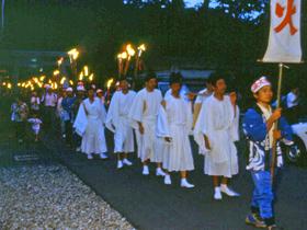 8月15日の火祭り神事が有名