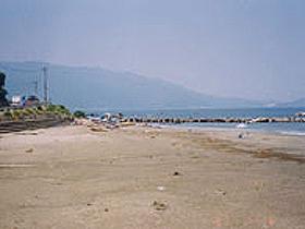 遠浅の海と美しい海岸が人気の海水浴場