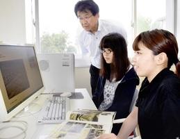 福井地震デジタルアーカイブの構築に取り組んだ卒業生の西野さん(右)、本年度取り組む勝田さん(中央)、指導する吉田教授=福井県鯖江市の福井高専