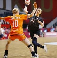 日本―オランダ 後半、石立真悠子がシュートを放つ=7月25日、国立代々木競技場