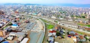 福井駅(奥)方面に向かい、工事が進むえちぜん鉄道の高架=22日、福井市西開発1丁目上空から日本空撮・小型無人機ドローンで撮影