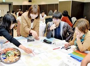 高レベル放射性廃棄物の処分について話し合う県内の学生ら=5日、福井市の県繊協ビル