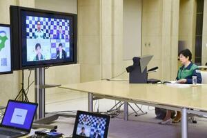 新型コロナウイルス対応を巡る首都圏1都3県のテレビ会議に参加する東京都の小池百合子知事=3日夜、東京都庁