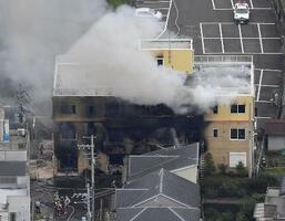 事件発生当日、煙を上げる「京都アニメーション」第1スタジオ=7月18日、京都市伏見区