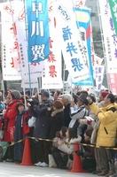 全国都道府県対抗男子駅伝で沿道から声援を送る人たち=広島市内