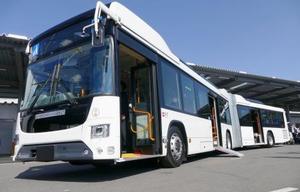 いすゞ自動車と日野自動車が共同開発したHVの連節バス=24日午後、宇都宮市