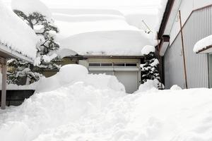 屋根からの落雪=8日、福井市内