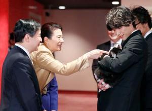 映画「旅猫リポート」の試写会に訪れ、主演の福士蒼汰さん(右)に抱かれた猫に触れられる雅子さま=15日午後、東京・有楽町