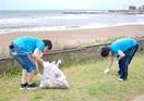 奉仕 福井の企業、三国サンセットビーチを清掃