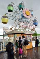 丸広百貨店川越店の「わんぱくランド」。屋上遊園地では全国でも珍しい観覧車がある=14日、埼玉県川越市