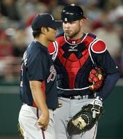 2009年3月、ナショナルズ戦の5回、川上(左)と話すブレーブスの捕手マキャン=ビエラ(共同)