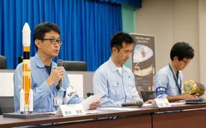 記者会見する三菱重工(左)とJAXAの担当者。無人補給機「こうのとり」7号機を乗せたH2Bロケットの打ち上げ延期を発表した=9日午後、鹿児島県の種子島宇宙センター