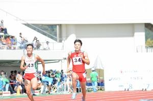 福井国体陸上競技の成年男子100メートルで予選を通過した山県亮太(右)=10月6日、福井県福井市の9・98スタジアム