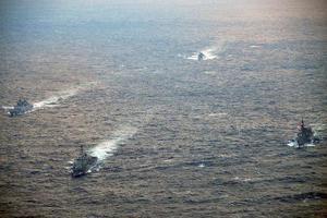 日本海で行われた日米印3カ国の共同訓練。右が護衛艦「いなづま」=4日(海上自衛隊提供)