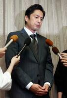 個人会社の申告漏れを巡り、取材に応じるお笑いコンビ「チュートリアル」の徳井義実さん=23日夜、大阪市