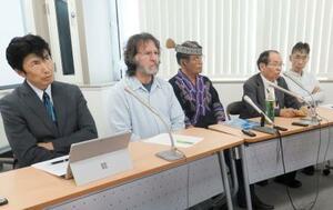 記者会見する、アイヌ民族の畠山敏さん(中央)と先住民族の専門家ら=15日午後、札幌市