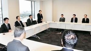 核燃サイクルについて国への要望事項を決めた福井、青森両県の8市町村長らによる初の懇談会=16日、衆院議員会館