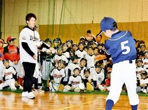 トスバッティングを指導する吉田正尚選手(手前左)=12月1日、福井県福井市のセーレン新田体育館