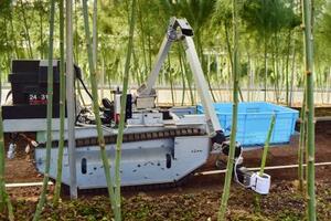 佐賀県太良町で行われた自動野菜収穫ロボットの実演=16日午後