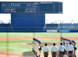 延長15回で引き分けとなり、整列する啓新(右)と星稜の選手たち=10月22日、新潟県のハードオフエコスタジアム新潟