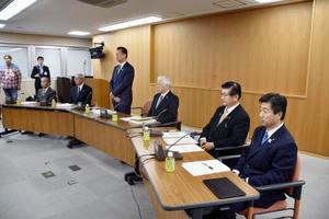 東海第2原発の再稼働を巡り開かれた会合に出席した、事前同意対象の6市村長=9日夜、茨城県東海村役場