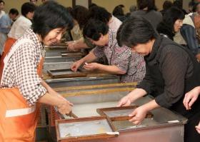 越前和紙の里で「漉く」楽しみ