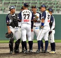 福井―石川 5回のピンチにマウンドに集まる福井ナイン=福井県福井市の県営球場