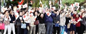 天皇、皇后両陛下の到着に手を振ってお迎えする福井県民=9月28日、福井市大手3丁目(代表撮影)