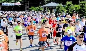 わかさあじさいマラソンで、スタートを切るハーフのランナー=6月3日、福井県若狭町野木小