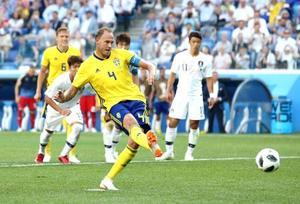 スウェーデン―韓国 後半、PKで先制ゴールを決めるスウェーデンのグランクビスト(4)=ニジニーノブゴロド(ゲッティ=共同)