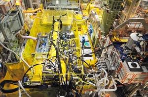 複数の配管でつながれた系統除染装置=7月13日、福井県美浜町の美浜原発1号機(関西電力提供)