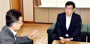 杉本達治福井県知事(左)と面談する日本原子力研究開発機構の児玉敏雄理事長=6月10日、福井県福井市の福井県庁