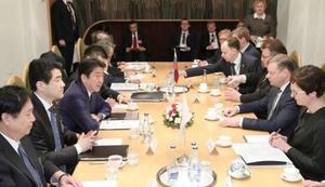 リトアニアのスクバルネリス首相(右手前から2人目)との首脳会談に臨む安倍首相(左手前から3人目)=13日、ビリニュス(代表撮影・共同)