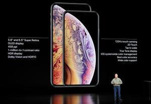 アップルが発表した「iPhone(アイフォーン)」の新型で、6・5インチの大画面を備えた「Xsマックス」と5・8インチの「Xs」=12日、米カリフォルニア州クパチーノ(AP=共同)