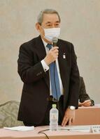 「関西3空港懇談会」の冒頭、あいさつする関西経済連合会会長の松本正義座長=28日午前、大阪市