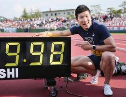 日本学生対校選手権の男子100メートル決勝で日本新記録となる9秒98をマークした桐生祥秀=9日、福井県営陸上競技場