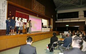 奈良市主催の追悼集会で、校区内を回り危険が潜んでいそうな場所を調べた成果を発表する市立大宮小の児童ら=17日午後、奈良市