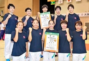 準優勝した体操成年女子(前列)と3位に入った同男子=8日、松山市の県総合運動公園体育館