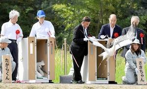 木箱から勢いよく飛び出すさきちゃん(右)と、たからくん(左)=25日、福井県越前市湯谷町