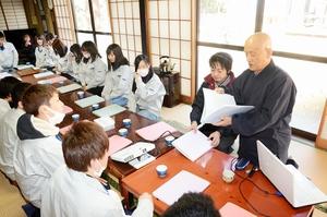 新入社員に仏教や社会人の心得を教える柴田文啓住職(右)=3月、長野県千曲市の開眼寺