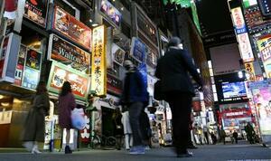 東京・新宿の歌舞伎町を行き交う人たち=27日夕