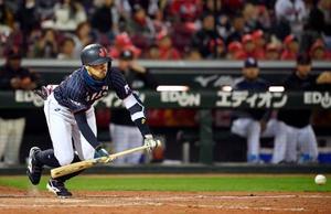 日本―MLB 9回日本1死一、三塁、菊池が一前に決勝のセーフティースクイズを決める=マツダ