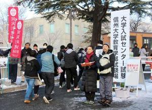 大学入試センター試験の会場に向かう受験生たち=14日午前、長野市