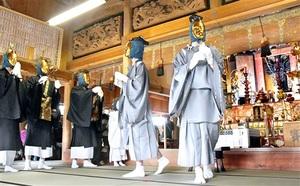 本尊が見守る中、奉納された「糸崎の仏舞」=4月18日、福井県福井市糸崎町の糸崎寺