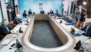 G7サミットで2日目の討議に臨む菅首相(右手前から2人目)ら各国首脳。奥中央はジョンソン英首相=12日、英コーンウォール(AP=共同)
