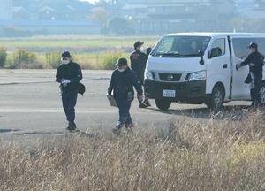 現場周辺を捜索する捜査員=7日午前8時40分ごろ、福井県越前市家久町