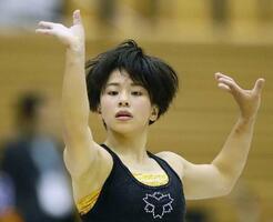 調整する村上茉愛=福井県営体育館