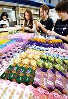 生産のピークを迎えている正月向けのお守り袋=9月25日、福井県坂井市丸岡町の松川レピヤン
