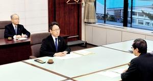 関電の岩根茂樹社長(中央)は2017年11月に福井県庁で西川一誠知事(手前)と面談。2018年中の中間貯蔵施設の計画地点明示を約束していた